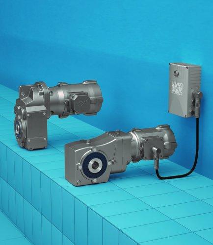 诺德展出nsd tupH: 铝制驱动装置防腐表面处理 诺德于3月20日至23日在科隆国际食品技术与机械博览会上展示了其应用于食品和饮料行业的铝制驱动装置。  这些驱动装置采用了特殊的NORD nsd tupH表面处理技术,因此非常坚固耐用。为了应用于各种严苛的环境条件,诺德采用高效的nsd tupH铝制驱动装置防腐处理工艺,通过这种工艺实现了材料的表面硬化处理,从而使材料表面与基板材料保护层永久性结合在一起。该技术基于电解过程,使得铝制材料具有与不锈钢相同的耐腐蚀性性能。耐刮擦性表面的硬度高达未处理铝合金材质表面七倍以上。因此驱动装置能够轻松承受高压蒸汽的侵蚀或各种接触侵蚀性介质。 应用于牡蛎养殖的铝制驱动装置 除此以外,诺德nsd tupH模块还可以应用于牡蛎养殖领域的诸多输送机系统中。尽管在咸水环境的侵蚀下,铸铁减速电机只能持续运行一或两年时间,但是来自诺德的铝制驱动装置提供了一种经久耐用的解决方案,在这种情况下输送机传送带的使用寿命一般可以延长10年以上。因此,用户可以在系统维护和维修方面节约大量的时间和费用。 经济型选项及其诸多型号  nsd tupH驱动装置是一种坚固耐用、经济可行的方案,可以替代原有的涂漆铸铁减速电机或不锈钢减速电机。所有诺德铝制产品均可采用nsd tupH处理技术,这不同于其他制造商仅能提供规格较少的不锈钢材质的产品。对于nsd tupH铝制驱动装置,所有DIN标准件和减速电机标准零部件(包括传动轴)均采用不锈钢材料制成。平稳运行的无风扇电机不会传播任何细菌,同时能够实现静音运行。这些电机可以提供同步电机和异步电机的版本,可以满足IE2和IE3(异步电机)和IE4(同步电机)效率等级的要求。 除应用于食品和饮料行业的坚固防腐蚀型减速电机外,诺德还会在科隆国际食品技术与机械博览会上展示其整个驱动装置和驱动电子设备系列的其它产品。 关于诺德传动集团 诺德集团如今拥有超过 3600 名员工,50 多年来一直开发、制造并销售驱动技术设备,是业界领先的全方位国际供应商之一。除了标准驱动设备,诺德还为特殊需求提供专用的设计和解决方案,如节能型或防爆型系统。2017年度的销售额达 6.3亿欧元。目前诺德在全球 89 个国家拥有自己的子公司和分销合作伙伴。密集的销售和服务网络确保了最佳的可达性,成就了较短的货期和以客户为导向的服务。诺德生产各式扭矩涵盖 10 Nm到 250 KNm的减速机, 供应功率范围为 0.12 至1000 kW的电机,并制造功率高达 160 kW的变频器等电子产品。变频器解决方案既可提供传统的柜式安装,也可提供分布式安装即完全集成的驱动单元。