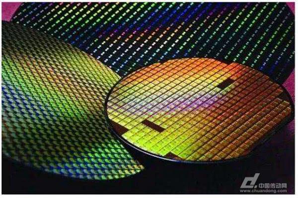 据悉中国大陆最大的芯片代工厂中芯国际已确定在今年6月投产14nmFinFET,同时更先进的12nmFinFET也在推进当中,这意味着它将有望在先进工艺制程方面成为全球芯片代工厂中第三名,这对于中国芯片产业来说无疑具有积极的意义。