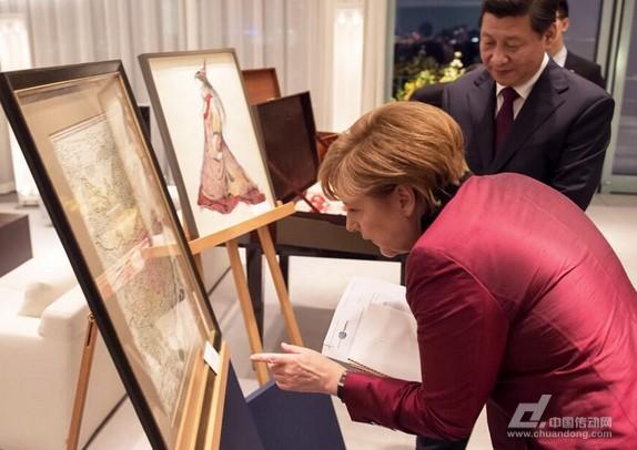 """7月6日起,默克尔开启七次访华行程,堪称高频;此访以成都为首站,第二天才到北京,可谓特别。高频而特别的安排,暗藏何种深意? 这需要从德国的特点说起。 1735年的德国 正如谈论中国不能不讲中国历史一样,谈论德国也必须先从历史入手。今年3月底习近平主席访问德国时,默克尔曾以一幅1735年时由""""德国人""""绘制的中国地图相赠,由于这幅地图采用了近代制图技术,线条精确,但并未明确画出新疆西藏等地,一时间引起舆论热议,纷纷发问""""德国人什么居心?""""当时的各类分析多从17"""