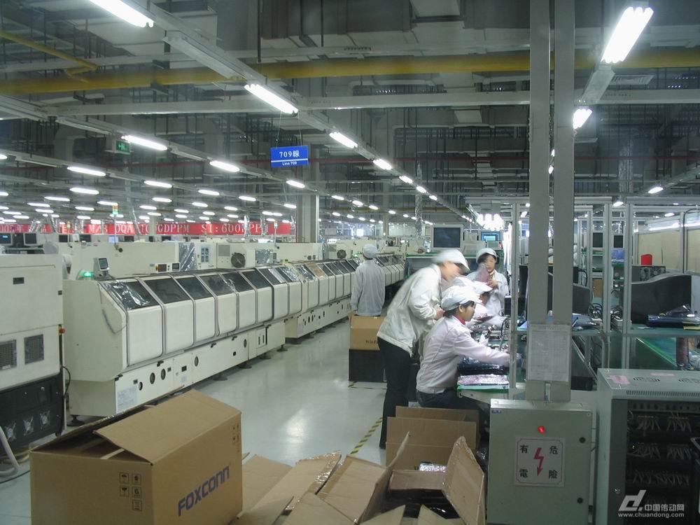 """富士康车间工作图片_富士康员工:从生产线工人到机器人的""""主人""""-中国传动网"""