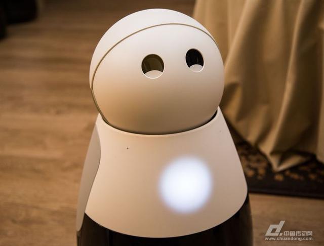 在机器人和ai技术的不断发展下,智能机器人也开始进入家庭.